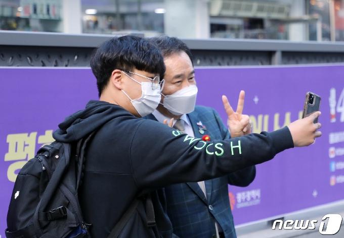 [사진] 5·18전야제서 시민들 만난 정세균