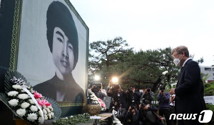 [사진] '이세종 열차 추모비에 헌화하는 이재명 도지사'