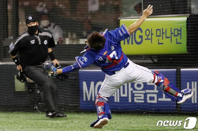 [사진] 파울 타구 놓치지 않고 잡아내는 삼성 강민호
