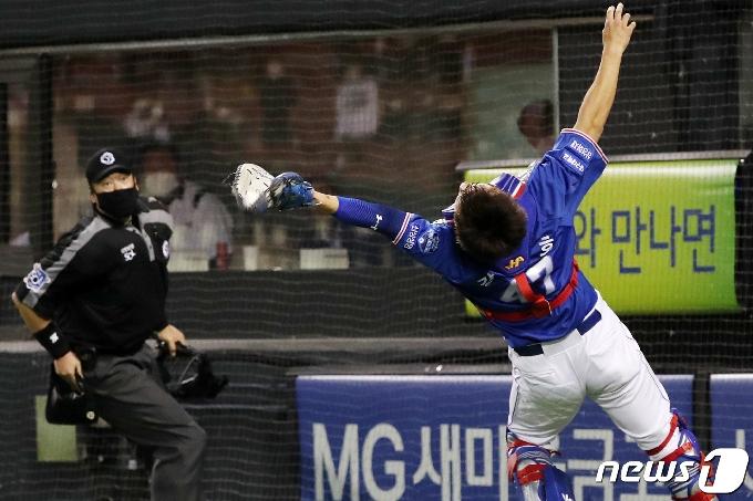 [사진] 삼성 강민호 '어렵게 잡아낸 파울 타구'