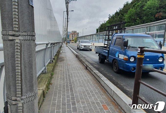 부산 북구 덕성초등학교의 일부 등굣길에 안전펜스가 설치돼 있지 않아 위험해 보인다.2021.5.17/© 뉴스1 노경민 기자