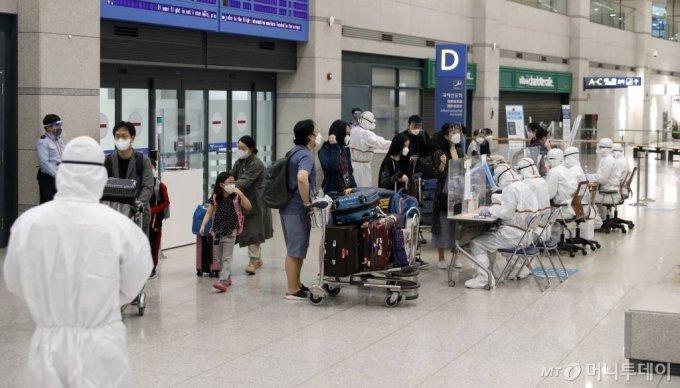 인도 코로나19 변이 바이러스의 확산세가 심각해지고 있는 가운데 현지 교민들이 4일 오전 인천국제공항을 통해 귀국하고 있다. /사진=인천국제공항=이기범 기자 leekb@