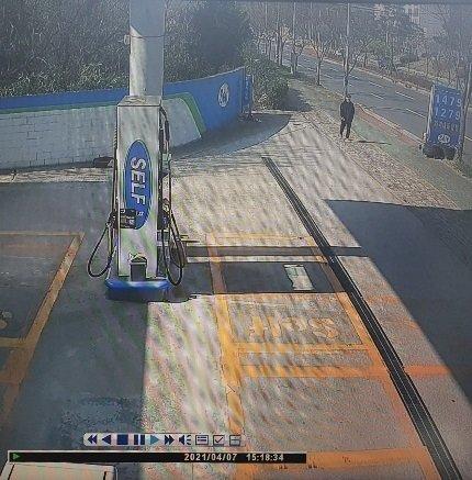 실종 직전 윤모씨가 촬영된 인근 주유소 CCTV 영상. / 사진 = 윤희종씨 제공