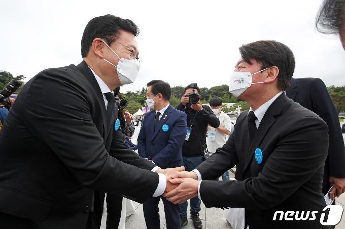 [사진] 악수하는 송영길-안철수