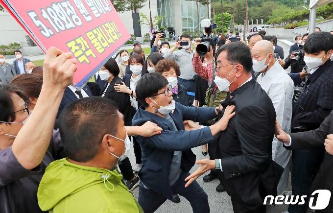 [사진] 5·18단체 기념식 참석 전 충돌