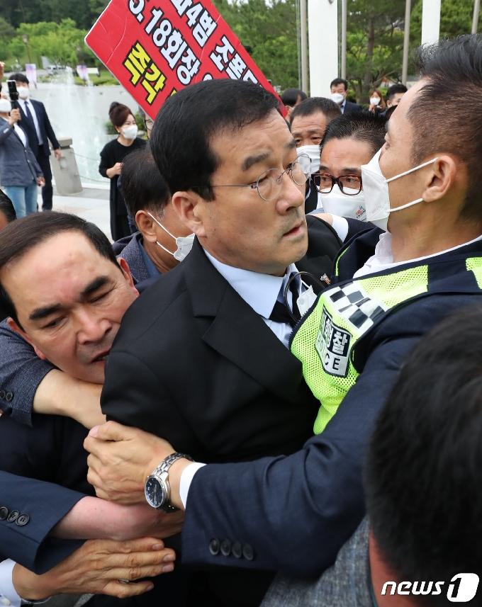 [사진] 공법단체 준비위와 충돌하는 문흥식 5·18부상자회장