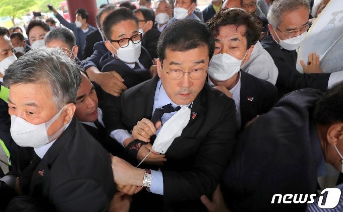 [사진] 항의받으며 기념식 참석하는 문흥식 5·18부상자회장