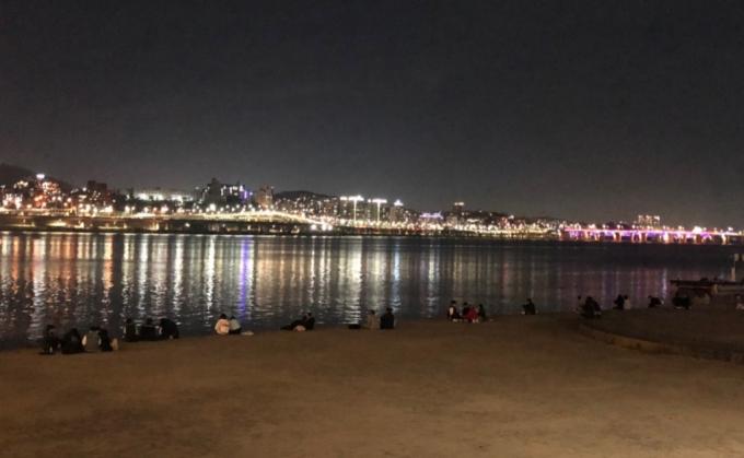 경찰, 만취상태로 구토하다 한강 빠진 20대 남성 구조