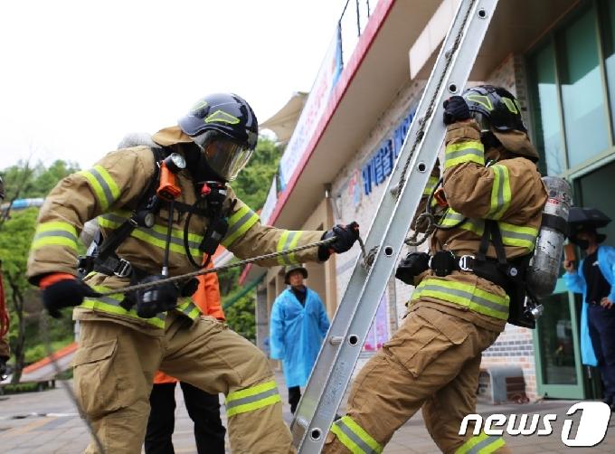 """[화보] """"사다리·호스 들고 달려! 우리가 전북 최강 소방관"""""""