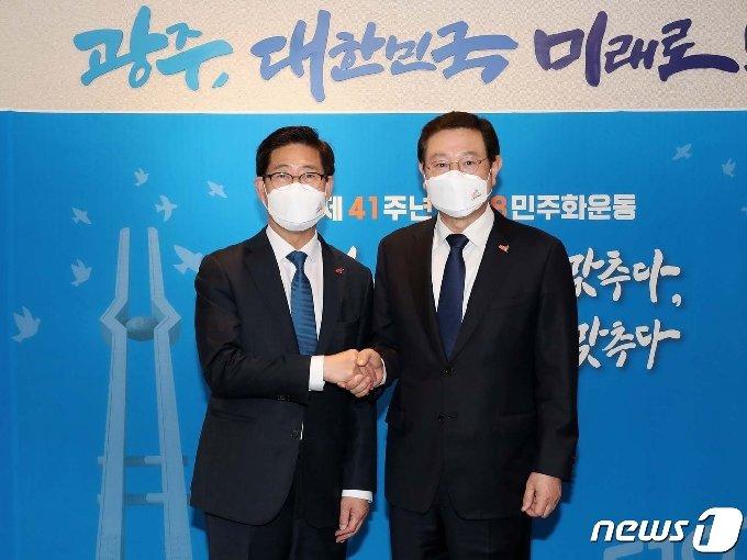 양승조 충남도지사(왼쪽)와 이용섭 광주시장은 17일 '내가 행복한 대한민국 4대 실천방안'에 대한 공조협력을 확인했다.© 뉴스1