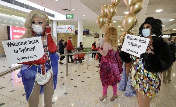 지난달 19일 호주와 뉴질랜드 간 '트래블 버블'(상호 여행객 비격리)이 시작되면서  호주 시드니 공항에서 여장 남성들(드래그 퀸)이 뉴질랜드 여행객들을 환영하고 있다. /AP=뉴시스