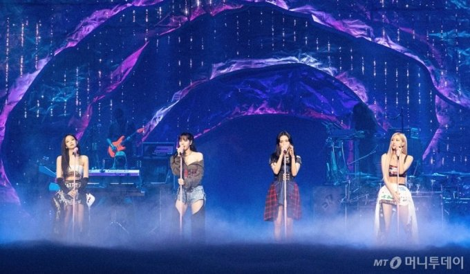 걸그룹 블랙핑크가 지난 1월 데뷔 후 첫 라이브스트림 콘서트 'THE SHOW'에서 멋진 무대를 선보이는 모습. 콘서트는 온라인으로 진행됐다.  / 사진제공 = YG엔터테인먼트 /사진=김창현 기자 chmt@