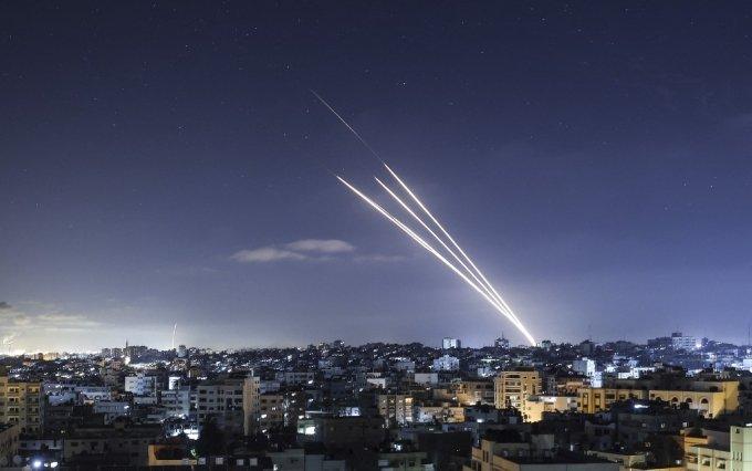 18일(현지시간) 팔레스타인 가자지구에서 이스라엘을 향해 로켓포가 발사되고 있다./사진=AFP