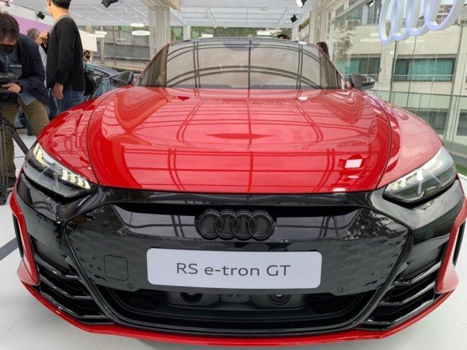 아우디 e-트론 GT(위)와 아우디 RS e-트론 GT(아래) 전면부 /사진=이강준 기자