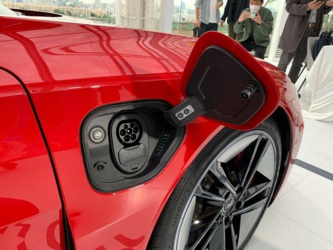 아우디 RS e-트론 GT 충전 포트. 일반 내연기관차와 달리 차량 앞부분에 배치돼있다./사진=이강준 기자