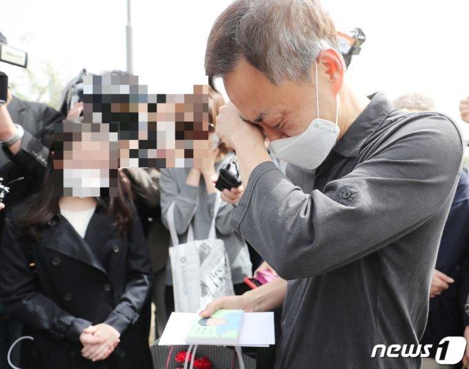 故 손정민 군의 아버지 손현씨가 어버이날인 8일 오후 서울 서초구 반포한강공원 택시승강장 앞에서 아들의 그림을 선물로 받은 후 눈물을 흘리고 있다. /사진=뉴스1