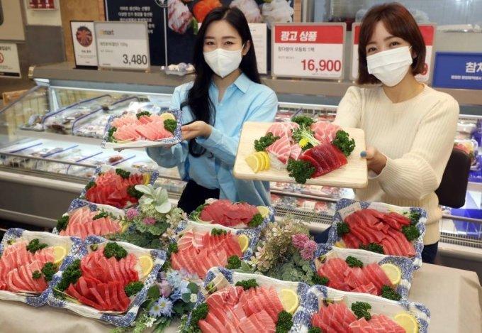 지난 3월 3일 서울 이마트 성수점에서 모델들이 '참다랑어 할인행사'를 소개하고 있다. /사진=이마트