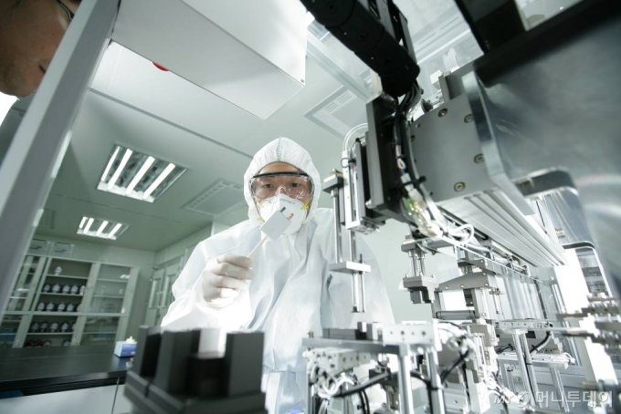 포스코케미칼 이차전지연구센터에서 제품이 적용된 배터리셀을 테스트하고 있다