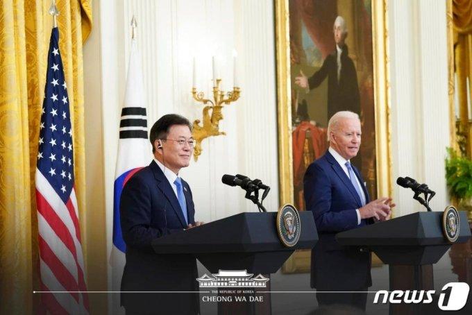 (서울=뉴스1) = 문재인 대통령과 조 바이든 미국 대통령이 21일 오후(현지시간) 한미정상회담 뒤 백악관 이스트룸에서 공동 기자회견을 하고 있다.(청와대 페이스북) 2021.5.22/뉴스1