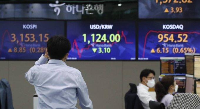코스피가 전 거래일(3144,30)보다 8.63포인트(0.27%) 오른 3152.93에 출발한 25일 오전 서울 하나은행 딜링룸에서 딜러들이 업무를 보고 있다. /사진=뉴시스