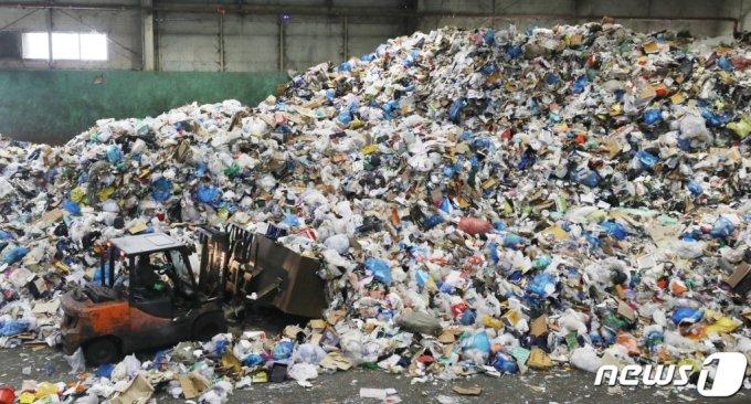 (서울=뉴스1) 송원영 기자 = 16일 오후 서울 송파구 송파자원공원에서 직원들이 일회용 재활용품 선별 작업을 하고 있다. 사회적 거리두기 상황에서 배달음식이용 및 택배물량의 급증으로 플라스틱 일회용품의 사용이 늘어 쓰레기의 양은 늘어가고 있다. 2021.2.16/뉴스1
