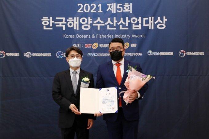 제5회 한국해양수산산업대상에서 '해양산업대상(해양수산부 장관상)'을 수상한 도시유전 정영훈 대표(오른쪽)/사진=머니투데이