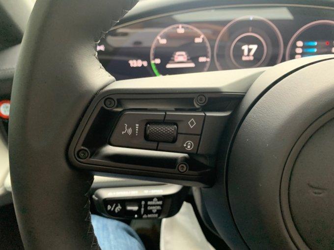 포르쉐 타이칸4S의 '배터리' 모양의 회생제동 버튼. 주행 모드에 상관없이 버튼을 누르기만하면 회생제동 기능을 키고 끌 수 있다/사진=이강준 기자