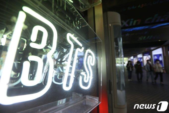 (서울=뉴스1) 권현진 기자 = 24일 오후 서울 중구 롯데면세점 마련된 BTS 광고판 앞을 시민들이 지나가고 있다.  방탄소년단(BTS)은 24일(한국시간) 미국 로스앤젤레스(LA) 마이크로소프트 시어터에서 열린 '2021 빌보드 뮤직 어워드'에서 '톱 듀오/그룹(Top Do/Group)', '톱 송 세일즈 아티스트(Top Song Sales Artist)', '톱 소설 아티스트(Top Social Artist)', '톱 셀링 송(Top Selling Song)'을 수상, 4관왕에 오르며 K-POP 역사를 다시 썼다. 2021.5.24/뉴스1