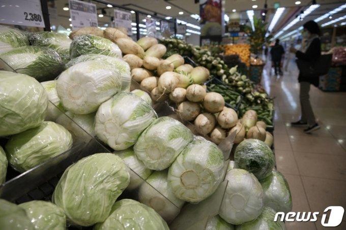 (서울=뉴스1) 이승배 기자 = 2일 통계청이 발표한 소비자물가동향에 따르면 5월 소비자물가지수는 107.46(2015년=100)으로 1년 전보다 2.6% 상승했다. 이는 2012년 4월(+2.6%) 이후 9년1개월만에 최대 상승폭이다. 작황 부진과 조류 인플루엔자 여파에 농축수산물 가격이 두 자릿수 상승세(12.1%)를 5개월 연속 이어갔으며, 지난해 국제유가 급락에 따른 기저효과로 석유류가 23.3%의 상승률을 보였다.  2일 서울 시내의 한 대형마트에서 시민들이 장을 보고 있다. 2021.6.2/뉴스1