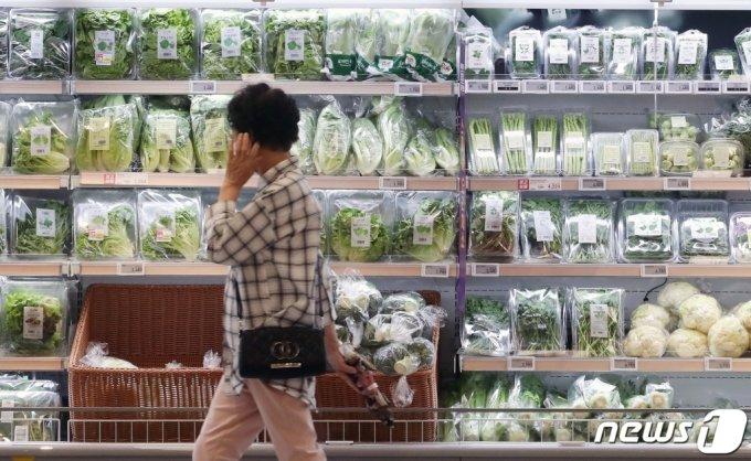(서울=뉴스1) 임세영 기자 = 사진은 3일 서울 영등포구의 한 대형마트에서 한 시민이 물건을 살펴보고 있다. 2021.6.3/뉴스1