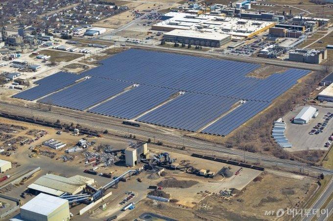한화큐셀USA가 지난 4월 미국 인디애나폴리스 메이우드에 건설한 10.9MW(메가와트) 규모 태양광발전소 모습. /사진제공=한화큐셀