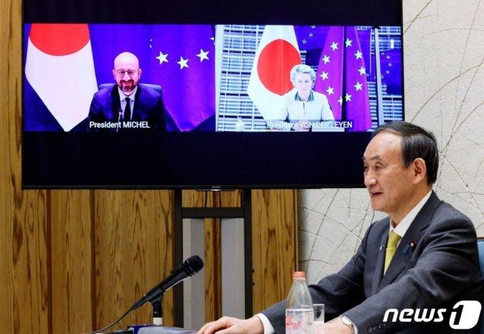 스가 요시히데 일본 총리가 지난달 27일(현지시간) 도쿄에서 샤를 미셸 EU 정상회의 상임의장, 우르줄라 폰데어라이엔 EU집행위원장과 EU·일본 화상 정상회의를 하고 있다.  /사진=AFP(뉴스1)