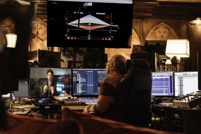 영화음악 감독 한스 짐머가 BMW에 들어갈 사운드를 디자인 하는 모습./사진제공=BMW