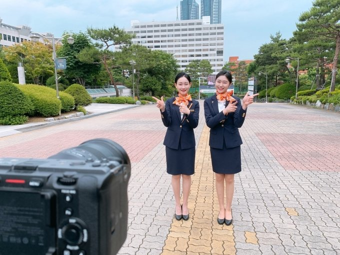 (왼쪽부터)부천대 홍보서포터즈 With.B 유하영 학생, 최수정 학생
