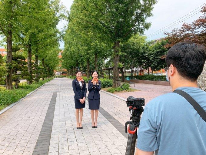 (왼쪽부터)부천대 홍보서포터즈 With.B 최수정 학생, 유하영 학생