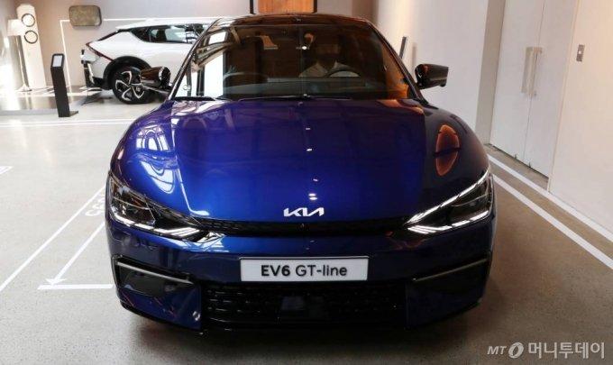 지난 2일 오전 서울 성동구 코사이어티에 기아자동차의 첫 전용 전기차 EV시리즈 'The KIA EV6, EV6 GT line'이 전시되어 있다. /사진=김휘선 기자 hwijpg@