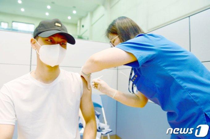 (광주=뉴스1) 정다움 기자 = 7일 오후 해군 제3함대사령부 대강당에 설치된 신종 코로나바이러스 감염증(코로나19) 백신 접종소에서 30세 미만 장병이 백신을 접종하고 있다. (해군 제3함대사령부 제공) 2021.6.7/뉴스1