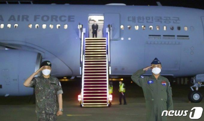 (서울=뉴스1) 사진공동취재단 = 미국 정부가 제공한 존슨앤드존슨사의 신종 코로나바이러스감염증(코로나19) 얀센 백신을 실은 공군 다목적 공중급유수송기 'KC-330'이 지난 5일 경기도 성남시 서울공항에 도착해 장성환 대령(왼쪽)과 정연학 대령이 귀환 보고를 하고 있다. 2021.6.6/뉴스1