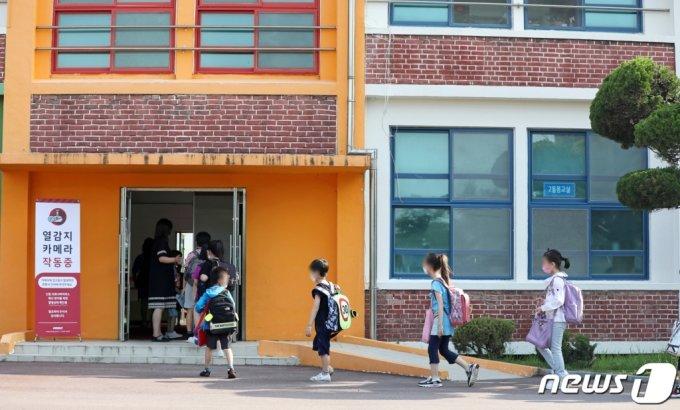 (화순=뉴스1) 황희규 기자 = 전남지역 전체 학교가 전면등교를 시작한 7일 오전 전남 화순초등학교에서 학생들이 등교하고 있다. 2021.6.7/뉴스1