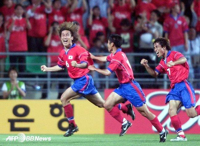 지난 2001년 FIFA 컨페더레이션스컵 멕시코전에서 코뼈가 부러진 상태에서도 뛰며 헤더 결승골을 터뜨린 뒤 환호하고 있는 유상철(왼쪽). /AFPBBNews=뉴스1