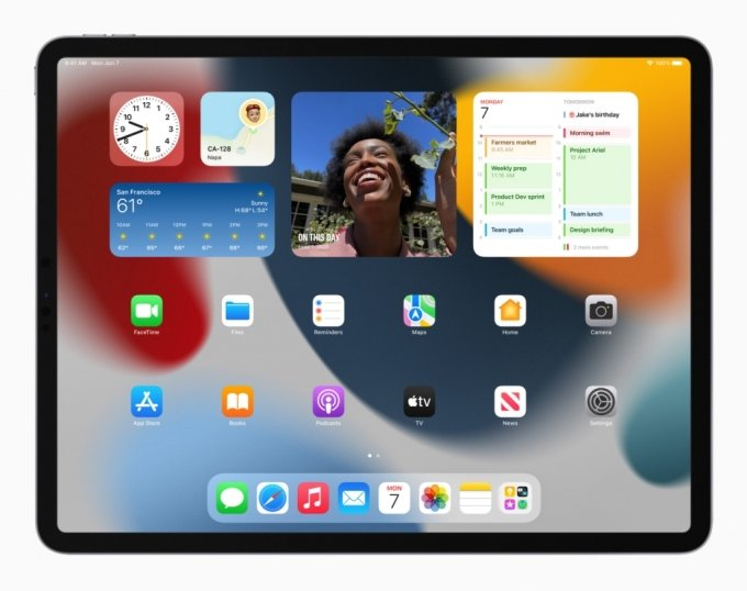 아이패드OS 15에서는 iOS14처럼 홈 화면에 위젯을 추가할 수 있다. /사진=애플