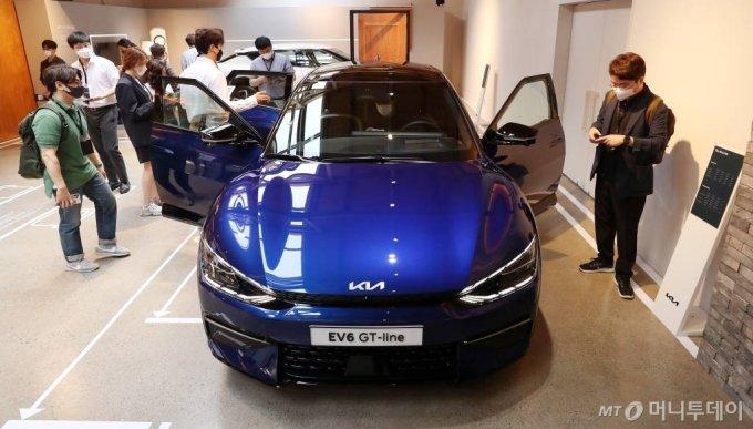 기아자동차가 지난 2일 오전 서울 성동구 코사이어티에서 첫 전용 전기차 EV시리즈 'The KIA EV6, EV6 GT line'을 선보이고 있다. /사진=김휘선 기자 hwijpg@