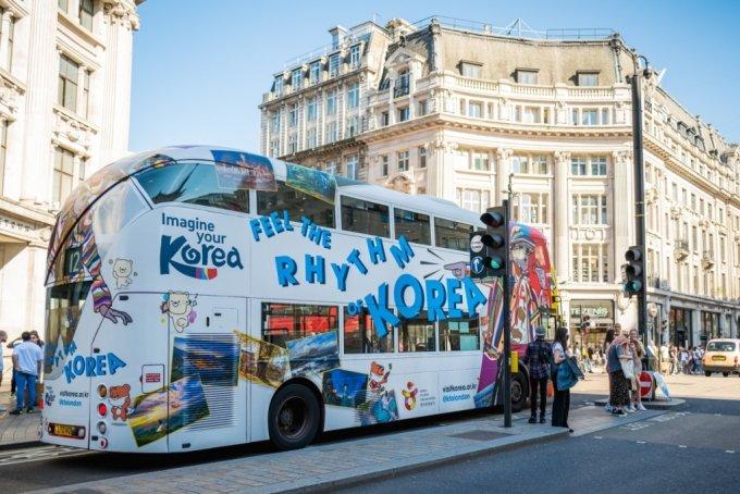 런던 리젠트 스트리트에서 한국 홍보물을 부착한 버스가 지나가는 모습. /사진=한국관광공사