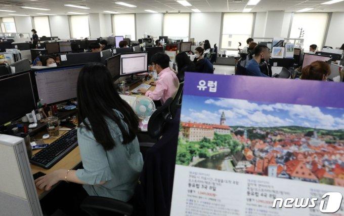 지난 8일 오후 서울 중구 노랑풍선에서 직원들이 여행 준비 업무를 하고 있다.  /사진=뉴스1
