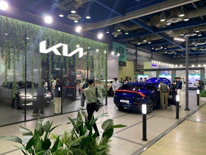9일 오전 10시쯤 서울 삼성동 코엑스에서 개최된 'xEV트렌드 코리아(xEV TREND KOREA) 2021'에서 기아 첫 전용전기차 EV6가 전시돼있다./사진=이강준 기자