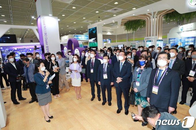 9일 서울 코엑스에서 개막한 바이오코리아 2021 행사에서 참석자들이 행사장을 둘러보고 있다. (충북도 제공)  © 뉴스1