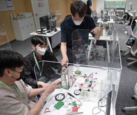 삼성청년SW아카데미 4기 서울캠퍼스의 교육생들이 함께 프로젝트를 진행하고 있다. /사진제공=삼성전자