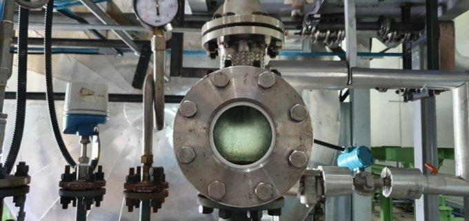 R.G.O플랜트 중앙의 원형창을 통해 폐기물에서 유화되어 나오는 기름을 볼 수 있다/사진제공=도시유전