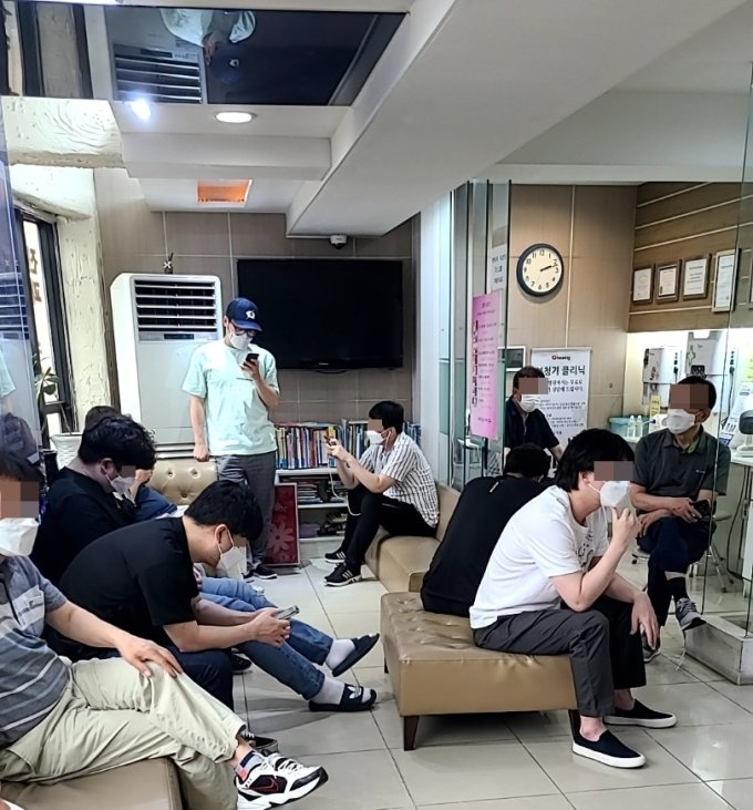 얀센 백신 접종을 대기 중인 사람들. /사진=정한결 기자.