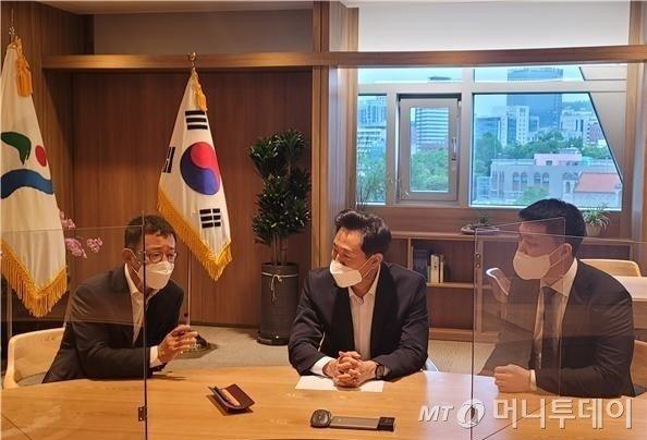 국민의힘 홍철호 전 국회의원과 오세훈 서울시장, 박진호 당협위원장이 지난달 21일 만나 김포한강선 연장을 위해 논의했다.